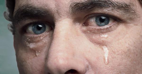 بكاء الرجل من أجل الحب