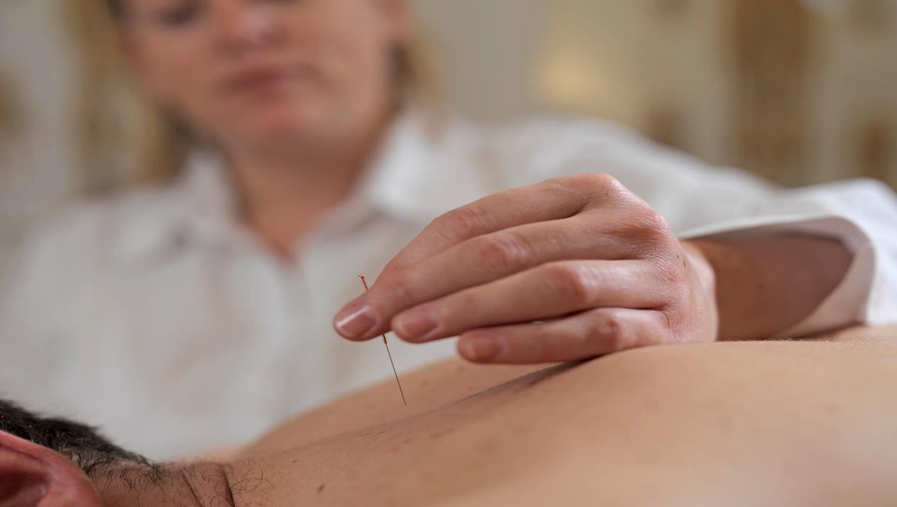صورة علاج الإبر الصينية مع مصطفى محمود
