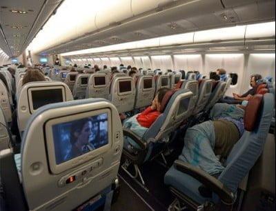 الطائرة من الداخل وكراسي الطائرة