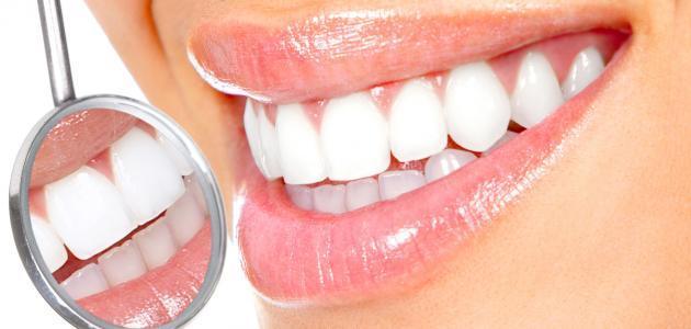 ما الذي يعنيه تنظيف الجير من الأسنان وتبييض الأسنان؟